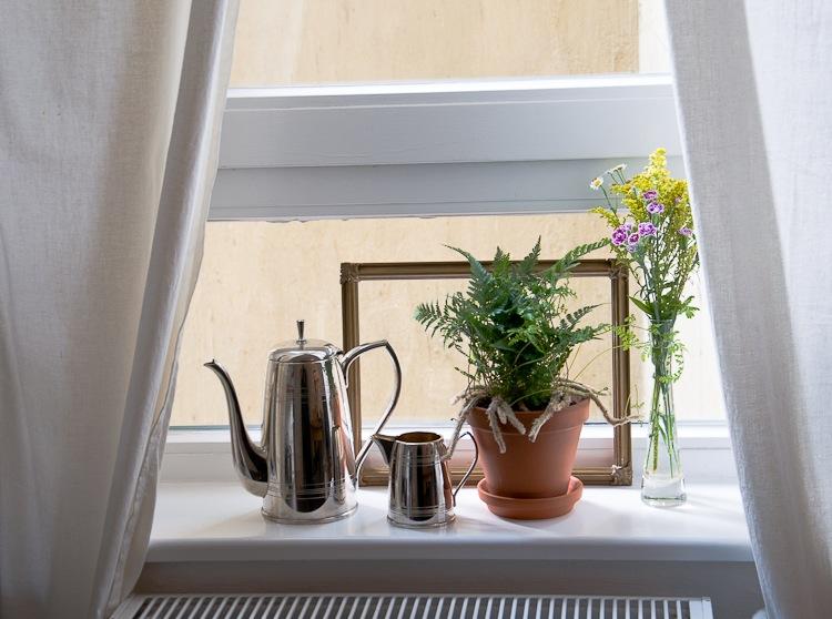 Leere Bilderrahmen können kleine Deko-Ensembles optisch zusammenfassen. 10 Tipps für kleine Räume, hamburgvoninnen.de