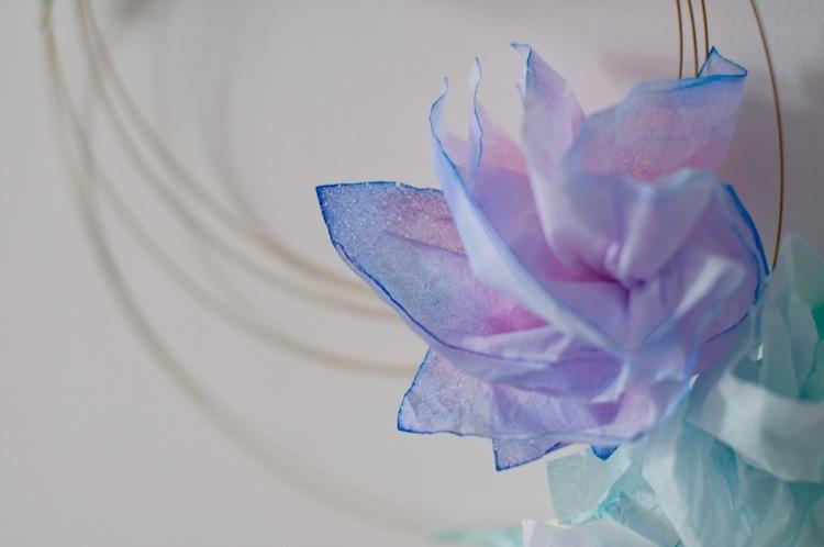 Papierblumen aus Taschentuechern DIY, filgraner Tuerkranz