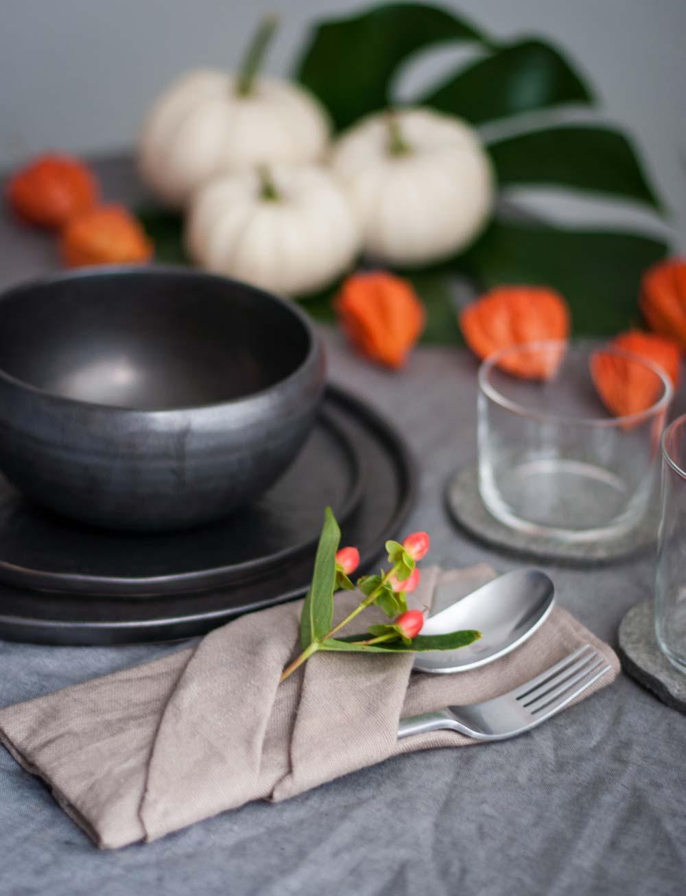 Herbstliche Tischdeko in grau und orange. Bestecktasche Serviette. hamburgvoninnen.de