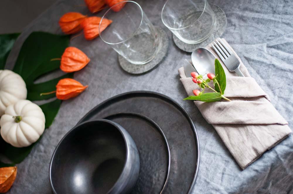 Herbstliche Tischdeko mit Zierkürbis und Physalis, Serviette als Bestecktasche. hamburgvoninnen.de