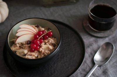 Bratapfel Porridge: das perfekte Herbstfrühstück. hamburgvoninnen.de