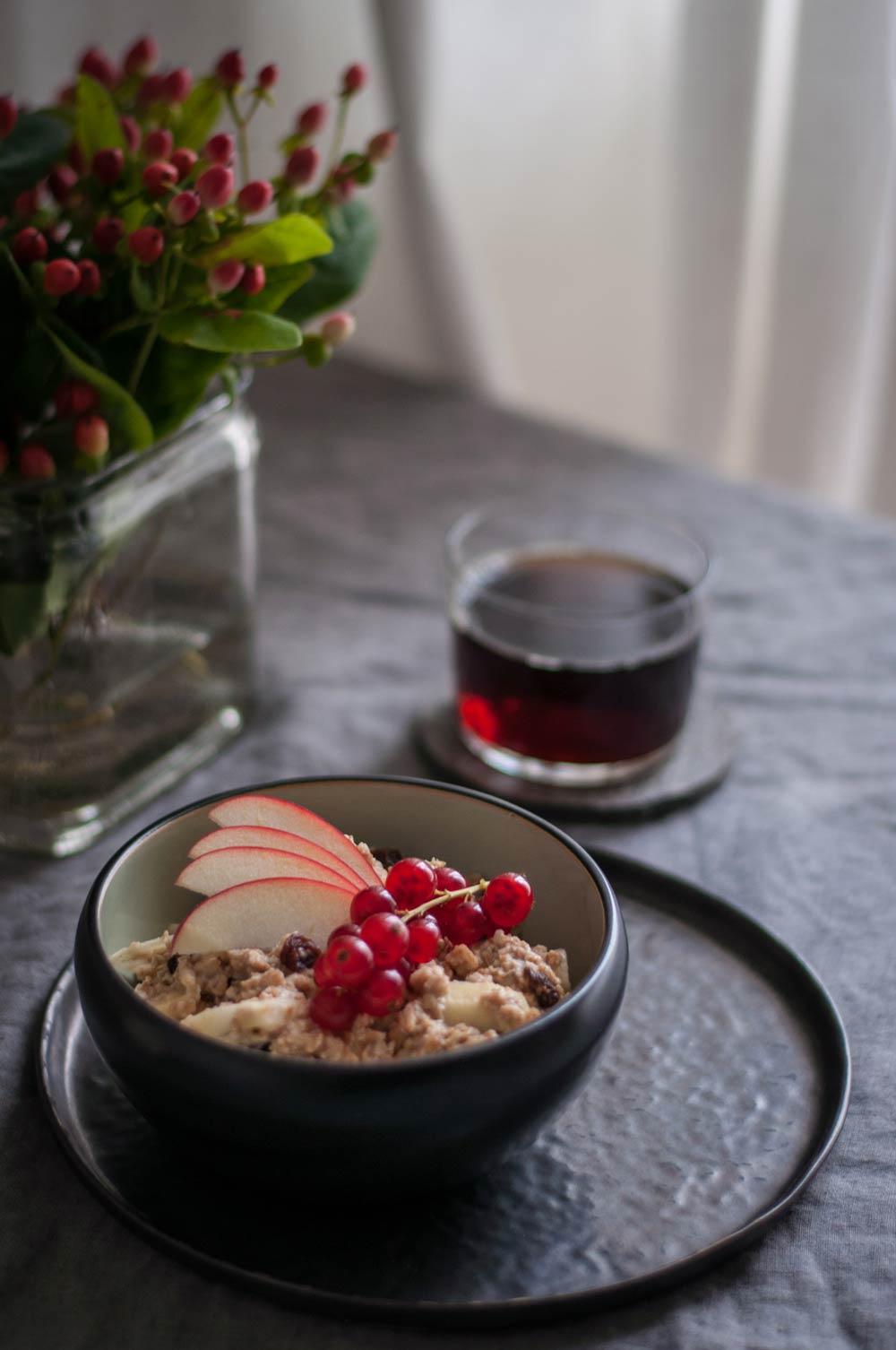 Frühstück: Bratapfel-Porridge und Kaffee. hamburgvoninnen.de