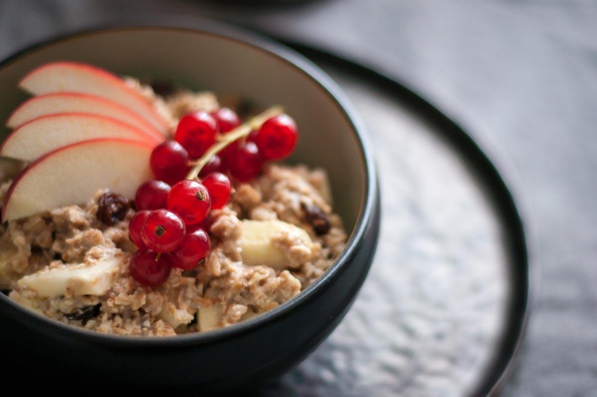 Herbstfrühstück: Bratapfel-Porridge Rezept. hamburgvoninnen.de
