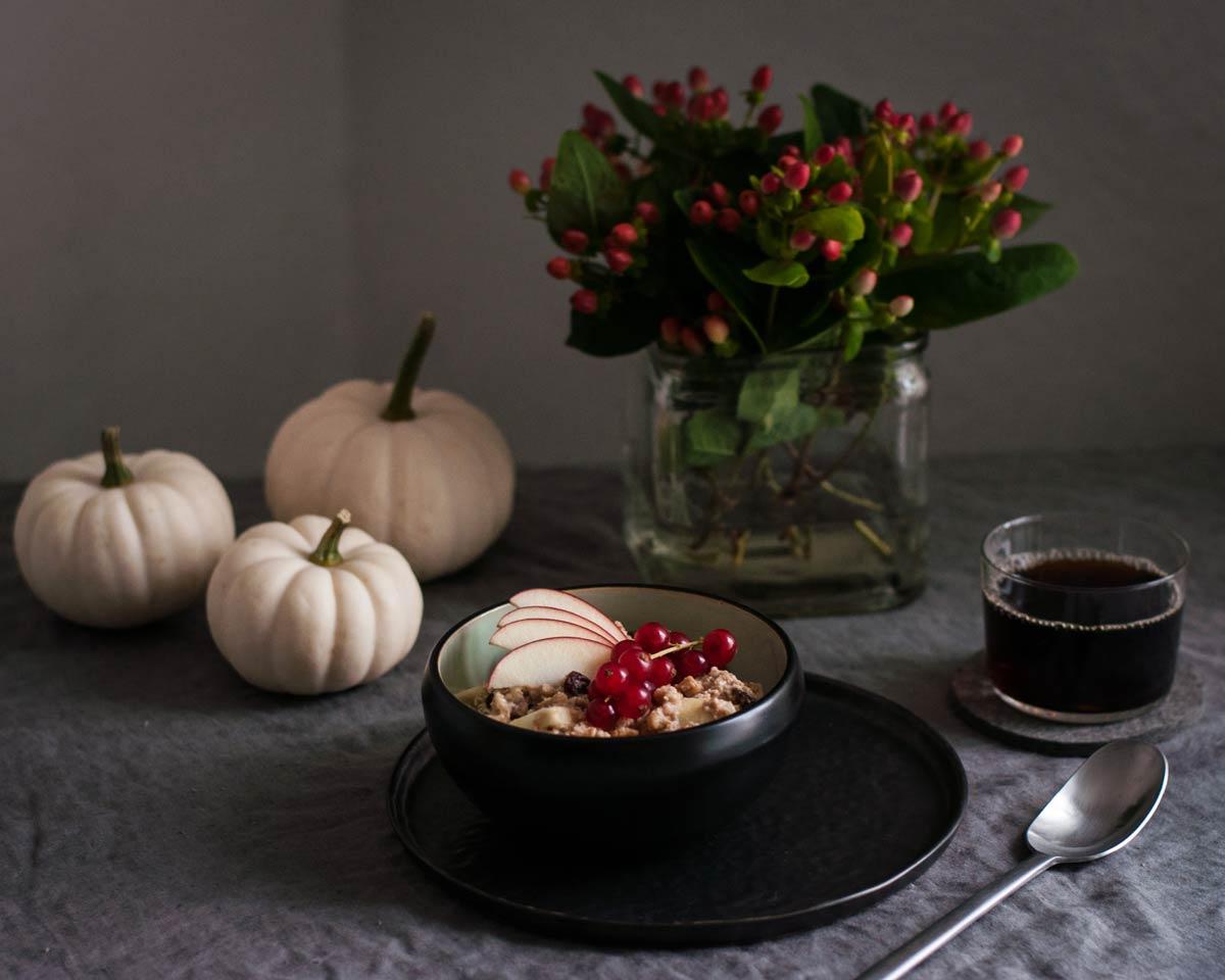 Herbstlicher Frühstückstisch: Bratapfel-Porridge Rezept. hamburgvoninnen.de