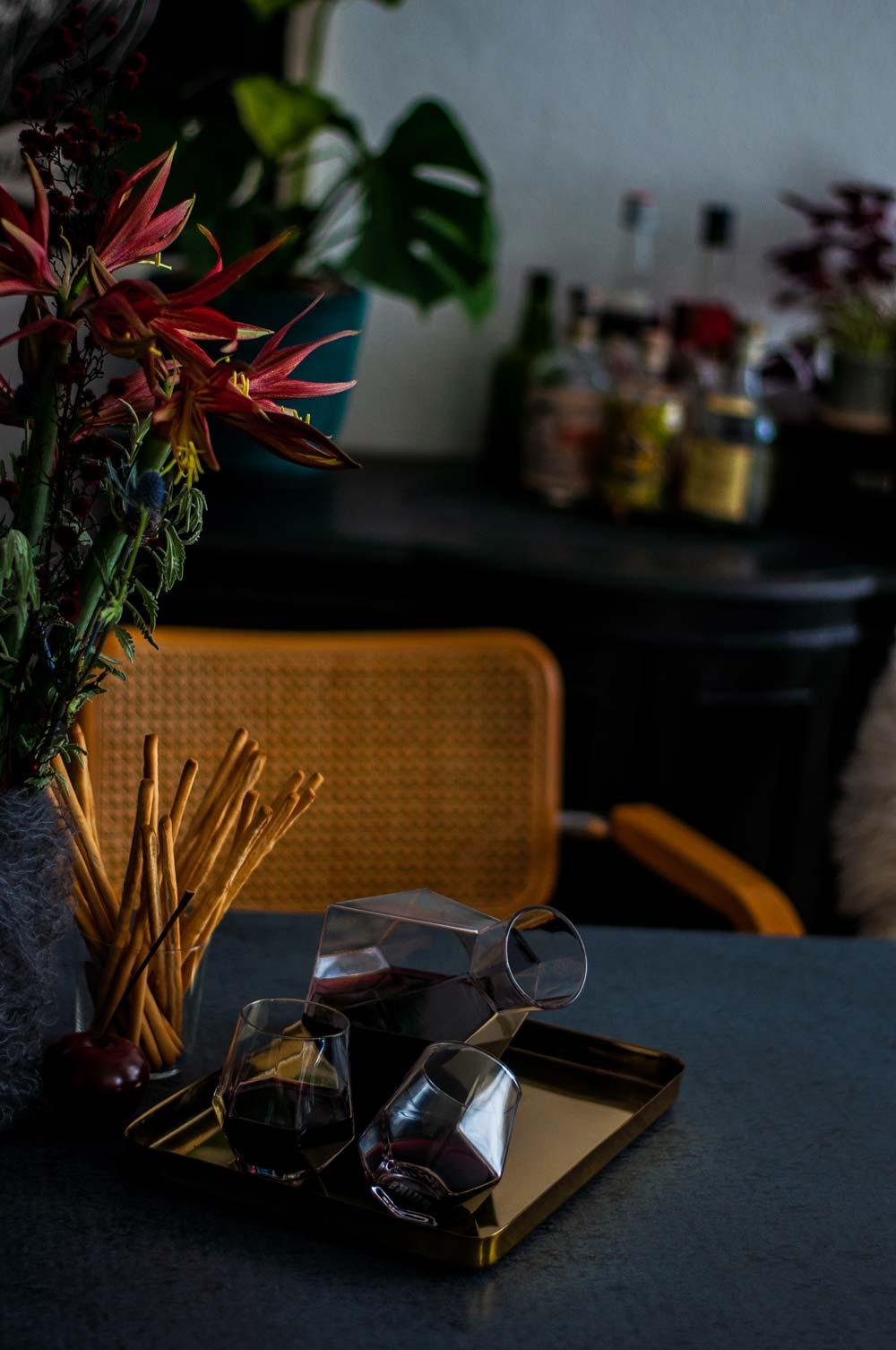 Moody Tischdeko mit Blumen und Messingtablett. Karaffe und Gläser von PuikArt über Etsy