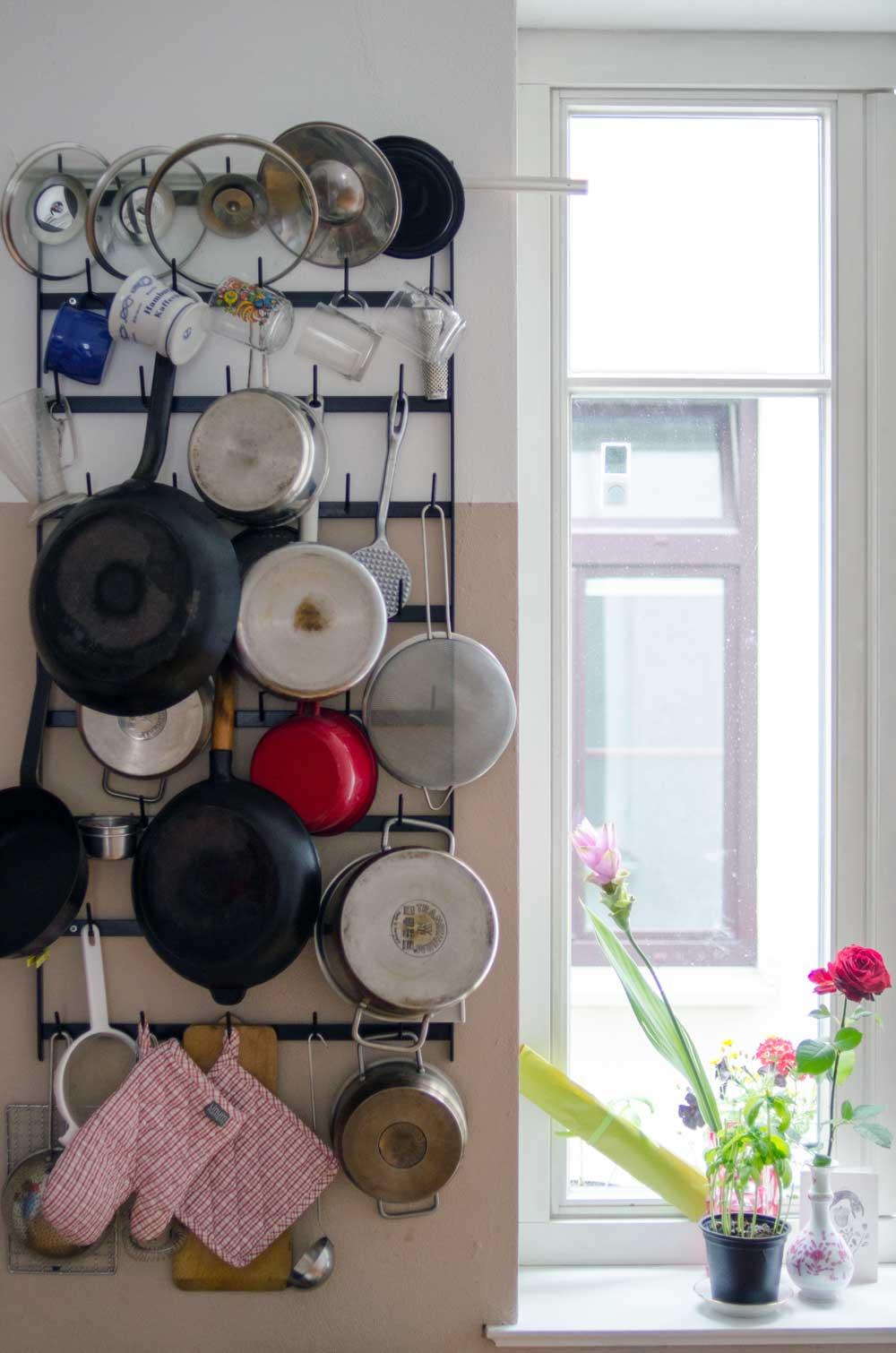 Individuell wohnen: Flaschentrockner als Aufbewahrung für Töpfe. Homestory Diana Laube, hamburgvoninnen.de