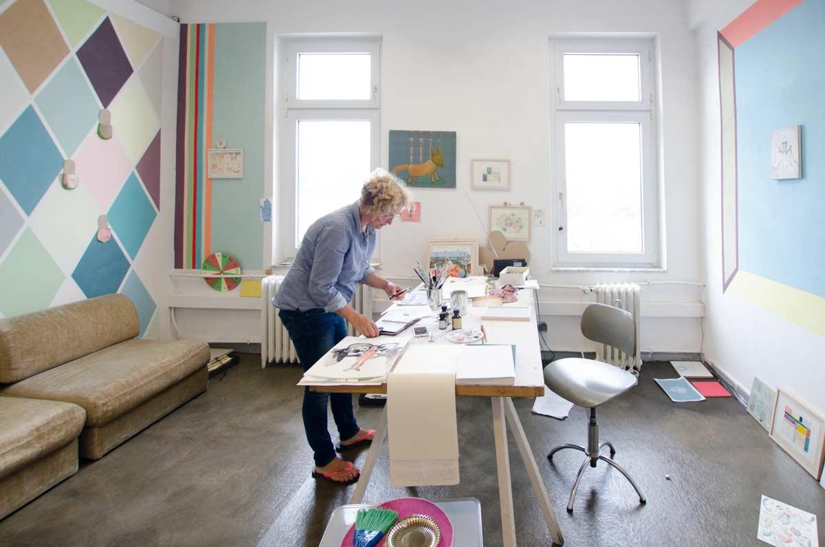 Charlotte Crome in ihrem farbenfrohen Atelier. hamburgvoninnen.de
