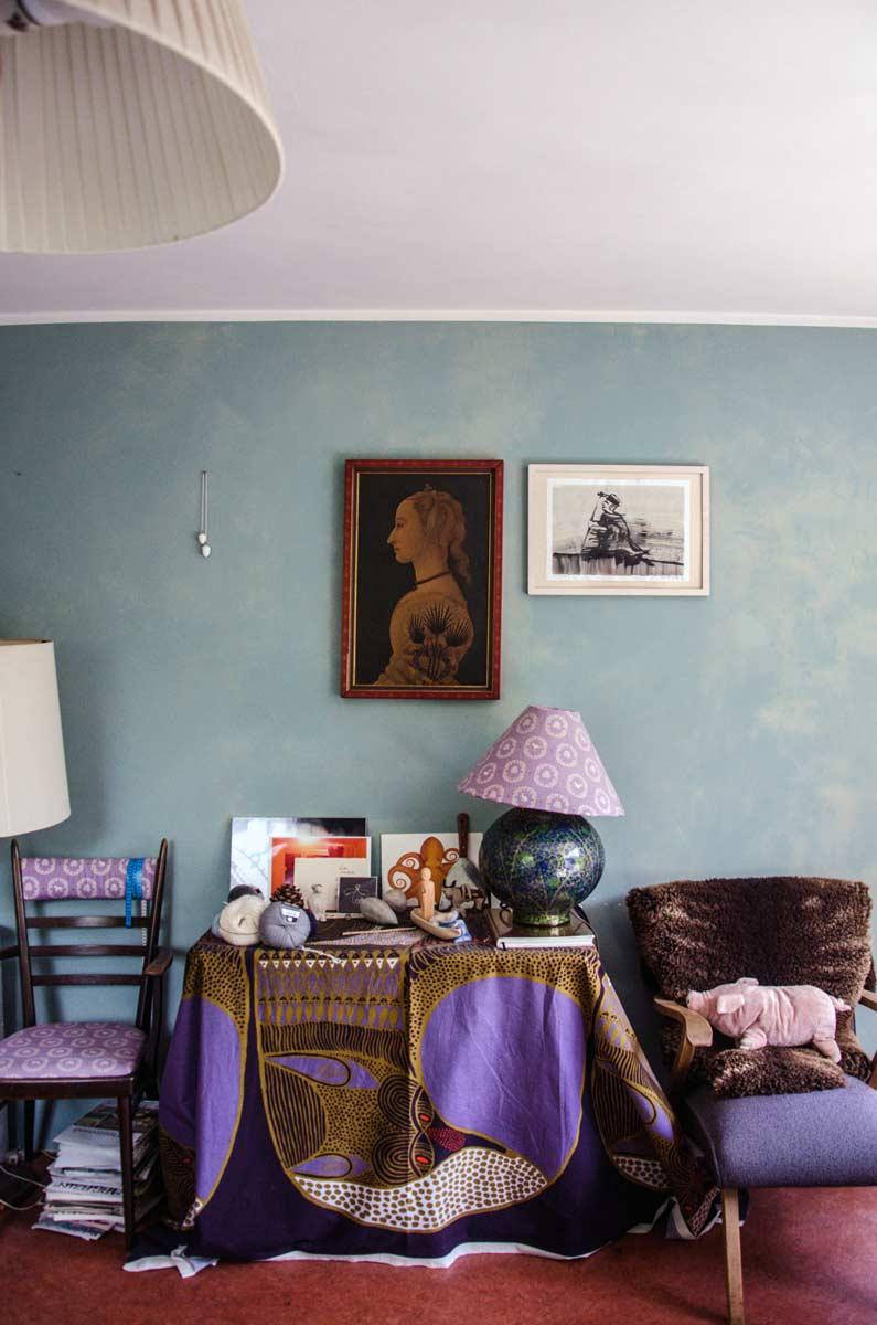 Wohnzimmer, farbige Wand, Künstlerwohnung Charlotte Crome, hamburgvoninnen.de